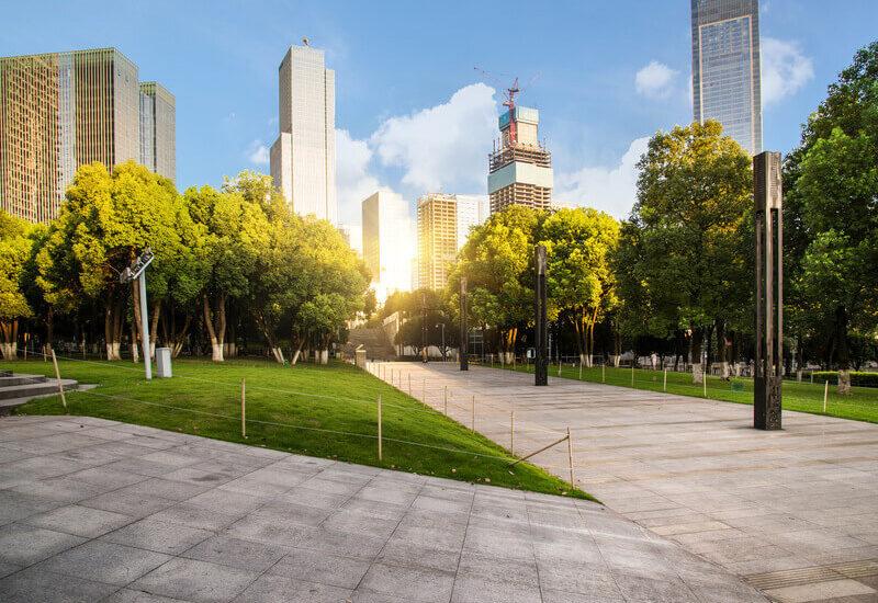 Quais são os benefícios de utilizar o paisagismo em espaços públicos?